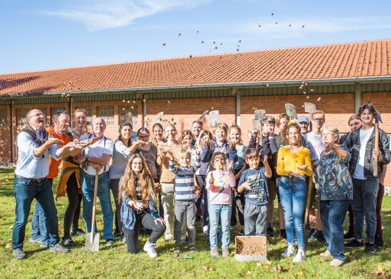 Der Gartenbauverein Herrsching e.V. und die Evangelische Jugend der Kirchengemeinde Herrsching mit Diakon Hans-Hermann Weinen setzten am letzten Wochenende 5.000 Wildkrokus-Zwiebeln